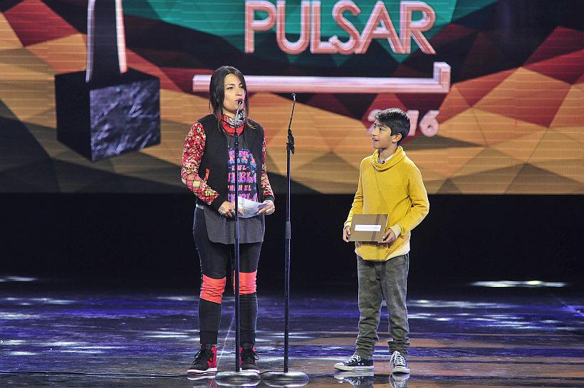 10 de Mayo del 2016 / SANTIAGO Se realizan los premios Pulsar de la SCD, a la música Chilena, en el Teatro Teletón. En la imagen, Ana Tijioux y su hijo en los premios Pulsar. FOTO: SEBASTIAN BELTRAN GAETE / AGENCIAUNO