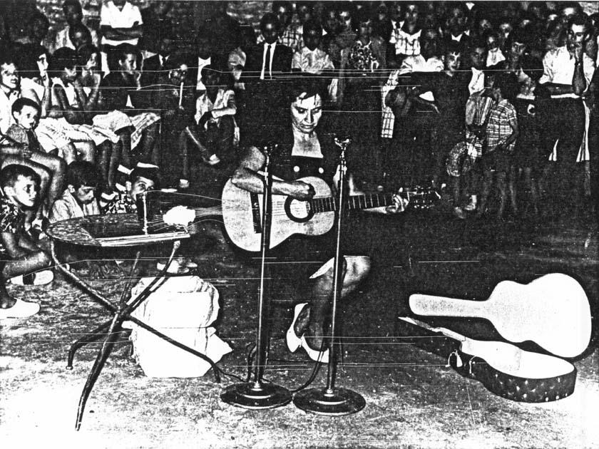 Cantando en la pampa argentina, en 1961. Foto: fundacionvioletaparra.org.